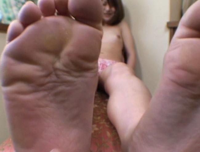 【おっぱい】足の裏を魅せながらおっぱいまで見せちゃって恥ずかしがっちゃう女性たちのおっぱい画像がエロすぎる!【30枚】 25