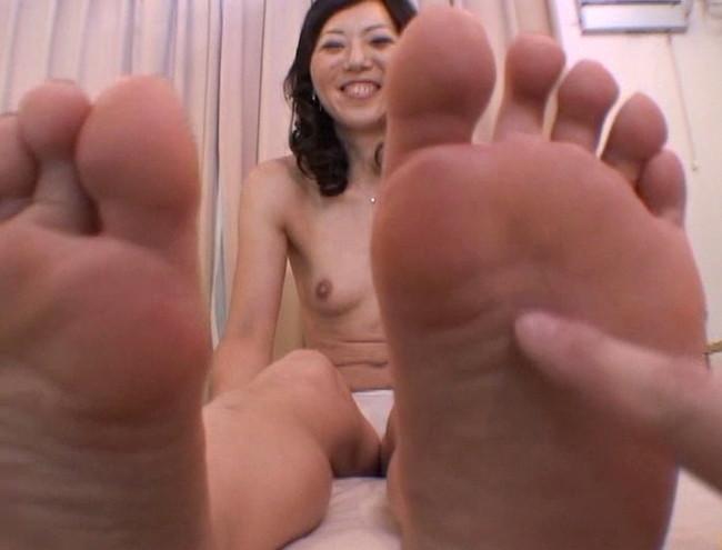 【おっぱい】足の裏を魅せながらおっぱいまで見せちゃって恥ずかしがっちゃう女性たちのおっぱい画像がエロすぎる!【30枚】 26