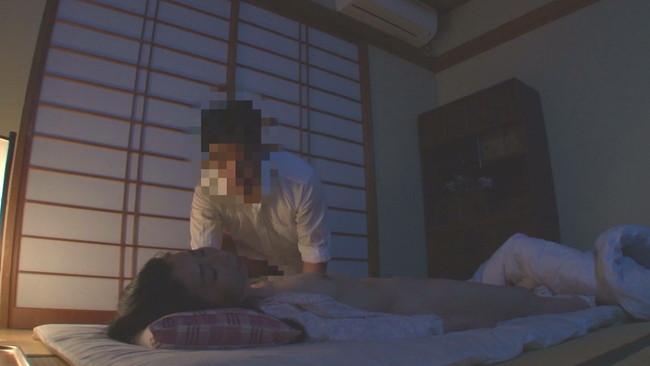 【おっぱい】風邪薬飲んでぐっすり寝ていて息子に夜這いされて顔射されてしまう母親たちのおっぱい画像がエロすぎる!【30枚】 05