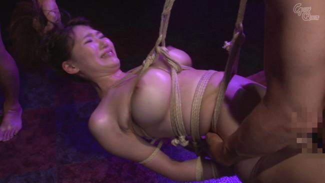 【おっぱい】麻縄で拘束されて宙に釣られて完全に調教されてしまうドMな女性のおっぱい画像がエロすぎる!【30枚】 10
