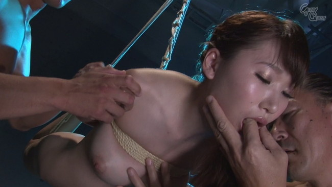 【おっぱい】麻縄で拘束されて宙に釣られて完全に調教されてしまうドMな女性のおっぱい画像がエロすぎる!【30枚】 11