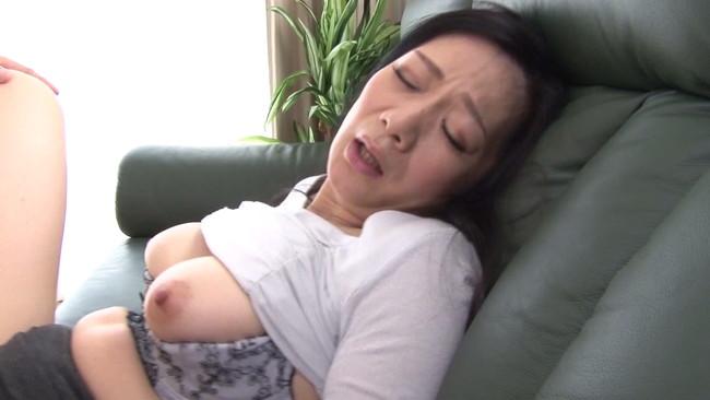 【おっぱい】彼女よりも魅力的に感じてしまう近親相姦セックスをしてしまっている母親のおっぱい画像がエロすぎる!【30枚】 22