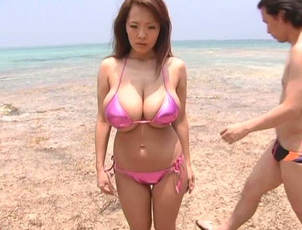 【おっぱい】南国で野外セックスをしまくってイキまくっちゃうJカップ爆乳のAV女優・Hitomiさんのおっぱい画像がエロすぎる!【30枚】