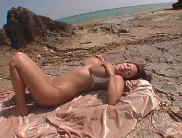 【おっぱい】南国で野外セックスをしまくってイキまくっちゃうJカップ爆乳のAV女優・Hitomiさんのおっぱい画像がエロすぎる!【30枚】 06