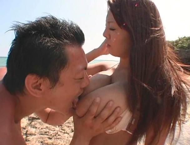 【おっぱい】南国で野外セックスをしまくってイキまくっちゃうJカップ爆乳のAV女優・Hitomiさんのおっぱい画像がエロすぎる!【30枚】 15