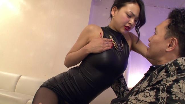 【おっぱい】ピッタピタの服で豊満なバスト、美しいクビレ、大きなヒップを強調させ誘惑してくる変態痴女のおっぱい画像がエロすぎる!【30枚】 14
