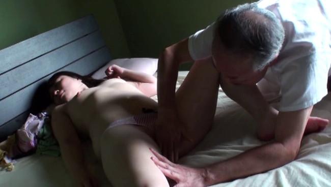 【おっぱい】献身的な介護が裏面に出てしまって性欲旺盛な義父に寝取られてしまう息子の嫁のおっぱい画像がエロすぎる!【30枚】 15