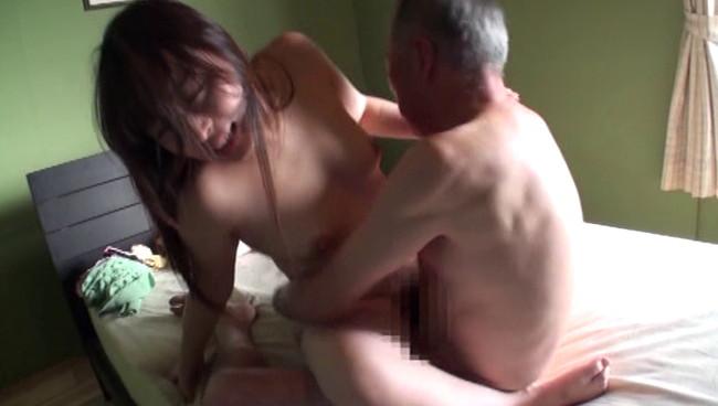 【おっぱい】献身的な介護が裏面に出てしまって性欲旺盛な義父に寝取られてしまう息子の嫁のおっぱい画像がエロすぎる!【30枚】 18