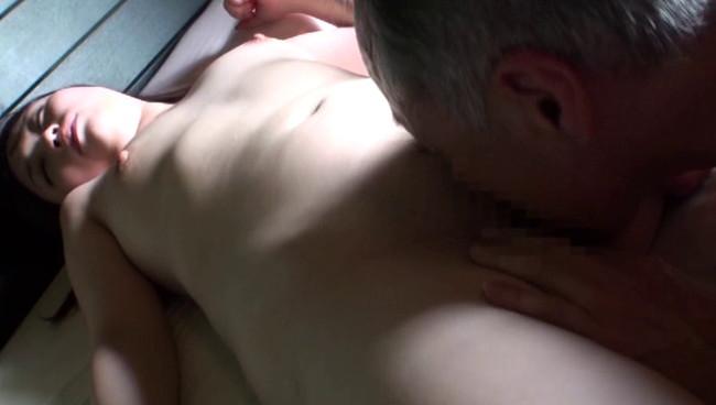 【おっぱい】献身的な介護が裏面に出てしまって性欲旺盛な義父に寝取られてしまう息子の嫁のおっぱい画像がエロすぎる!【30枚】 26