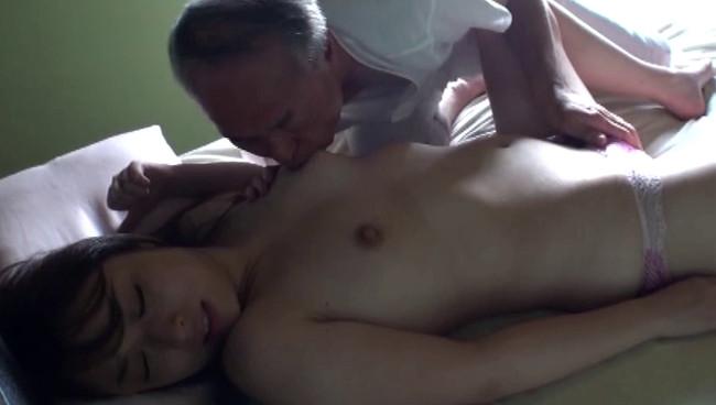 【おっぱい】献身的な介護が裏面に出てしまって性欲旺盛な義父に寝取られてしまう息子の嫁のおっぱい画像がエロすぎる!【30枚】 30