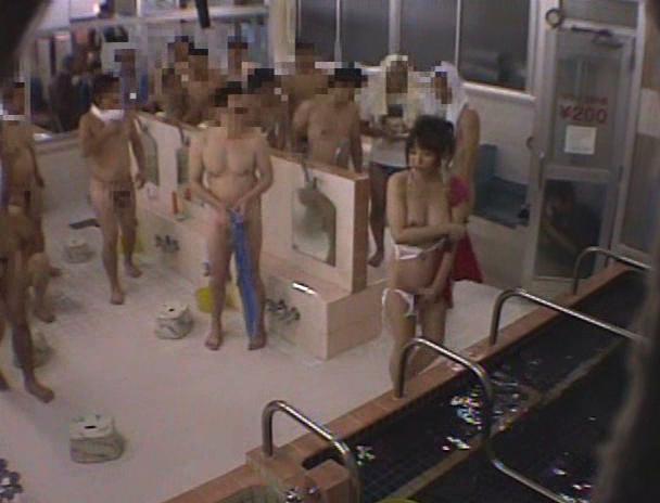 【おっぱい】水に溶ける服で銭湯アルバイト!半裸になった状態で男性たちとセックスをしちゃう女の子たちのおっぱい画像がエロすぎる!【30枚】