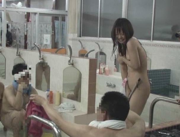 【おっぱい】水に溶ける服で銭湯アルバイト!半裸になった状態で男性たちとセックスをしちゃう女の子たちのおっぱい画像がエロすぎる!【30枚】 16