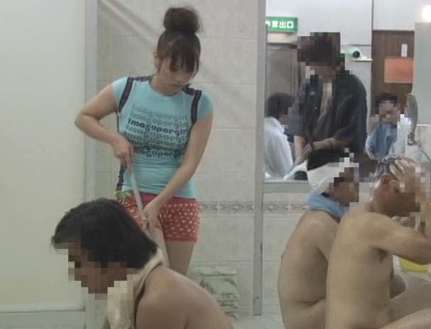 【おっぱい】水に溶ける服で銭湯アルバイト!半裸になった状態で男性たちとセックスをしちゃう女の子たちのおっぱい画像がエロすぎる!【30枚】 18