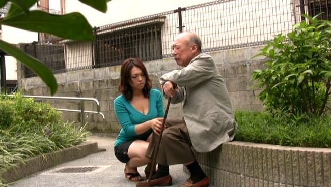 【おっぱい】介護をしている間に絶倫義父の虜になってしまって毎日のように介護セックスをしてしまう爆乳嫁のおっぱい画像がエロすぎる!【30枚】