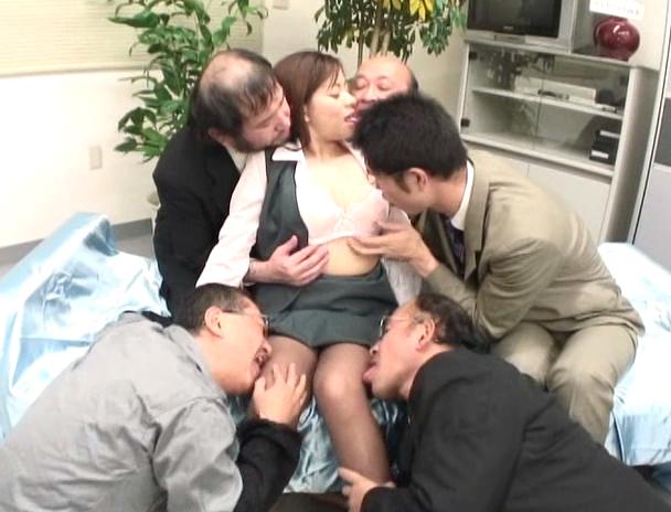 【おっぱい】会社内にいるキモおやじたちとベロベロちゅうちゅう!ヨダレまみれでベロキスしまくりの巨乳OLさんのおっぱい画像がエロすぎる!【30枚】
