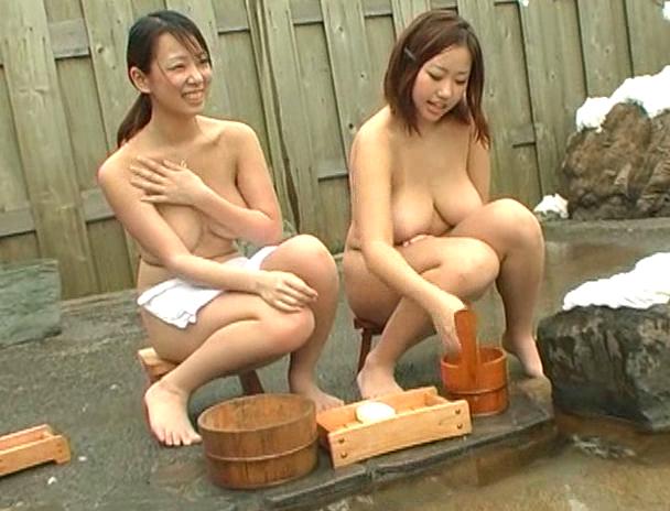 【混浴 セックス】混浴の露天風呂で4Pしはじめ、フェラしてベロチューしながら手繋ぎバックで挿入され寝取られる美巨乳お姉さんたちのおっぱい画像集w