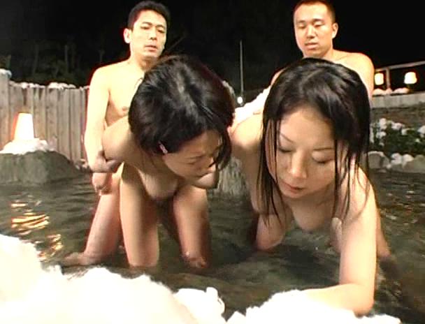 【混浴 セックス】混浴の露天風呂で4Pしはじめ、フェラしてベロチューしながら手繋ぎバックで挿入され寝取られる美巨乳お姉さんたちのおっぱい画像集w 05