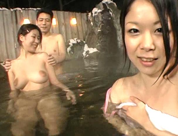 【混浴 セックス】混浴の露天風呂で4Pしはじめ、フェラしてベロチューしながら手繋ぎバックで挿入され寝取られる美巨乳お姉さんたちのおっぱい画像集w 12
