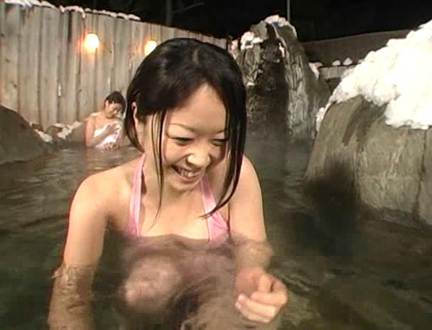 【混浴 セックス】混浴の露天風呂で4Pしはじめ、フェラしてベロチューしながら手繋ぎバックで挿入され寝取られる美巨乳お姉さんたちのおっぱい画像集w 20