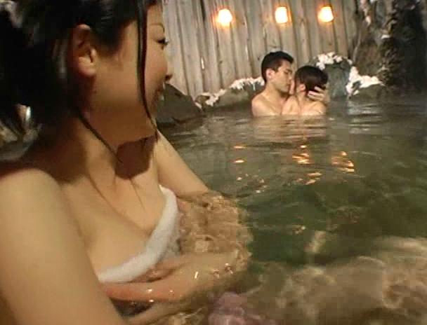 【混浴 セックス】混浴の露天風呂で4Pしはじめ、フェラしてベロチューしながら手繋ぎバックで挿入され寝取られる美巨乳お姉さんたちのおっぱい画像集w 24
