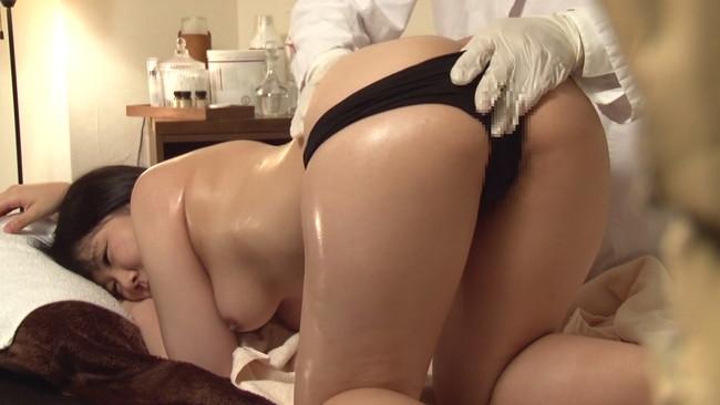 【おっぱい】深夜営業の女性限定マッサージ店を完全盗撮!卑猥な施術で感じまくっちゃう女性たちのおっぱい画像がエロすぎる!【30枚】 14