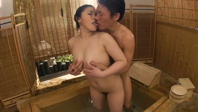 【おっぱい】最高の癒し系!人妻温泉に入りに来たヤリ目的の男たちと一糸まとわぬセックスを楽しんじゃっている人妻さんたちのおっぱい画像がエロすぎる!【30枚】 12