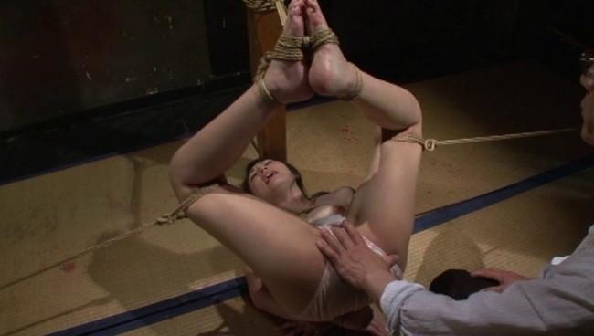 【おっぱい】倒錯魔に地下牢へ閉じ込められてしまい徹底的に調教凌辱を繰り返される女性のおっぱい画像がエロすぎる!【30枚】 15