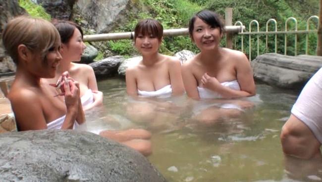 【おっぱい】秘境の混浴温泉宿に男性客は自分一人?!ハーレム状態でお出迎えしてくれちゃう巨乳な女性たちのおっぱい画像がエロすぎる!【30枚】 06