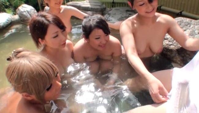 【おっぱい】秘境の混浴温泉宿に男性客は自分一人?!ハーレム状態でお出迎えしてくれちゃう巨乳な女性たちのおっぱい画像がエロすぎる!【30枚】 11