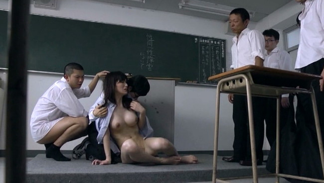 【おっぱい】自分にペニクリがあることを隠してたが、見つかってしまい生徒たちに狙われた美人女教師のおっぱい画像がエロすぎる!【30枚】 04