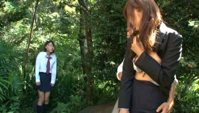 【おっぱい】修学旅行の引率中に無防備にも野ションしてしまって、男たちに凌辱されてしまう女教師たちのおっぱい画像がエロすぎる!【30枚】