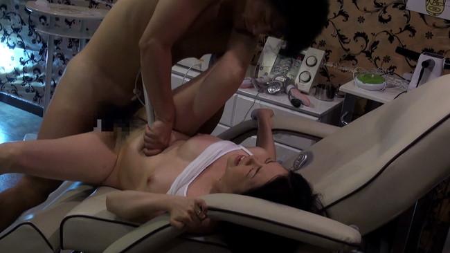【おっぱい】電流マッサージで多彩なワイセツ施術でヤバイくらいに追い詰められていく巨乳な人妻さんたちのおっぱい画像がエロすぎる!【30枚】 08