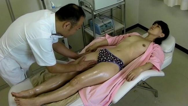 【おっぱい】マッサージ師の巧みな施術に股間を濡らしてしまうイケない敏感な身体になってしまった人妻さんたちのおっぱい画像がエロすぎる!【30枚】