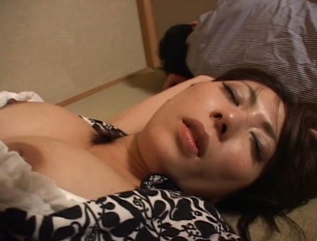 【おっぱい】乱れた胸元、露になった太もも。泥酔して眠ってしまって男たちに夜這い、凌辱されてしまう女性たちのおっぱい画像がエロすぎる!【30枚】 06