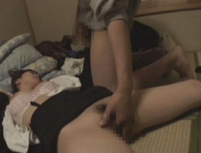 【おっぱい】乱れた胸元、露になった太もも。泥酔して眠ってしまって男たちに夜這い、凌辱されてしまう女性たちのおっぱい画像がエロすぎる!【30枚】 12