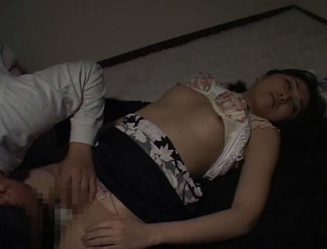 【おっぱい】乱れた胸元、露になった太もも。泥酔して眠ってしまって男たちに夜這い、凌辱されてしまう女性たちのおっぱい画像がエロすぎる!【30枚】 27
