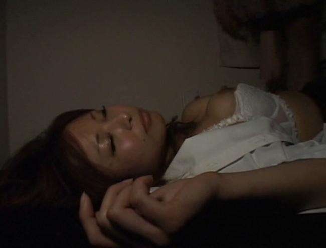 【おっぱい】乱れた胸元、露になった太もも。泥酔して眠ってしまって男たちに夜這い、凌辱されてしまう女性たちのおっぱい画像がエロすぎる!【30枚】 29