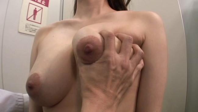 【おっぱい】乳房を堂々と合法的に触ることの出来る悪徳医師たちにおっぱいを触りまくられてしまう巨乳・爆乳な女性たちのおっぱい画像がエロすぎる!【30枚】 24