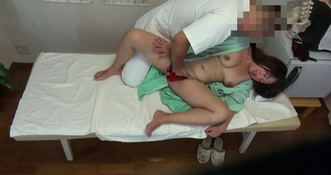 【おっぱい】悪徳整体治療院で猥褻施術マッサージをされて男根を挿入されちゃう巨乳の患者さんたちのおっぱい画像がエロすぎる!【30枚】 15