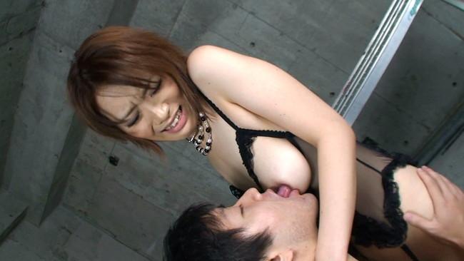 【おっぱい】男性の股間に注がれる妖しい眼差しには要注意!無理矢理男性たちの股間に跨る痴女たちのおっぱい画像がエロすぎる!【30枚】 11