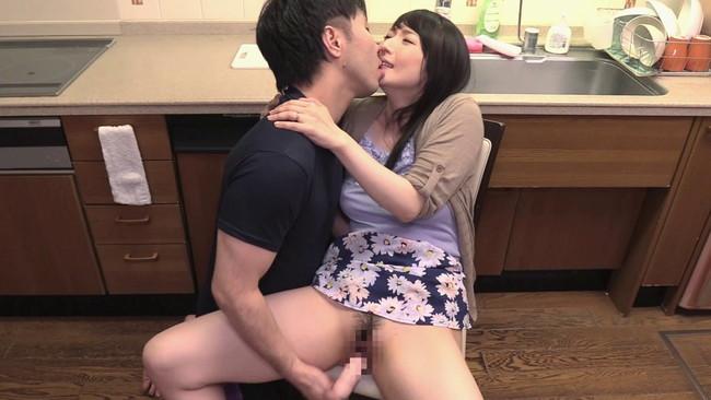 【おっぱい】義父の濃厚接吻に舌を絡ませ腰砕け…近親相姦セックスでイッちゃう敏感な息子の嫁のおっぱい画像がエロすぎる!【30枚】