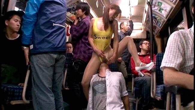 【おっぱい】混雑した公共バスの中に単独で乗り込んでハイレグ食い込みで男性を魅了してしまうレースクイーンたちのおっぱい画像がエロすぎる!【30枚】 23
