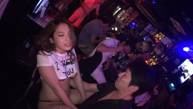 【おっぱい】泥酔したところでセックスへ突入!噂のテキーラバーで働く巨乳テキーラガールのおっぱい画像がエロすぎる!【30枚】 01