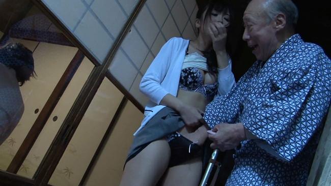 【おっぱい】禁断介護で義父老人の強い視線に発情し、長い舌を絡ませる従順エロ尻嫁のおっぱい画像がエロすぎる!【30枚】 03