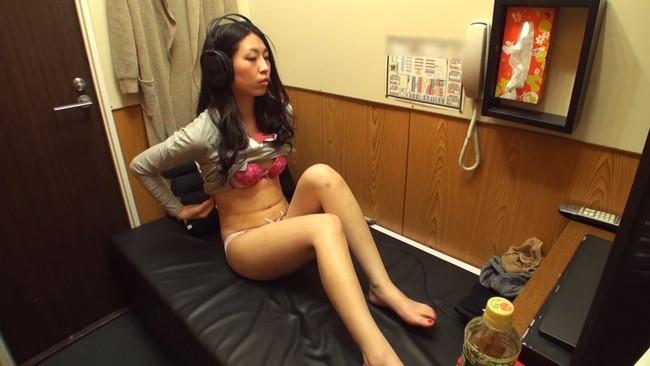 【おっぱい】ビデオBOXでオナニーをしているところを盗撮されているとも知らずにイキ果てる女の子たちのおっぱい画像がエロすぎる!【30枚】 13