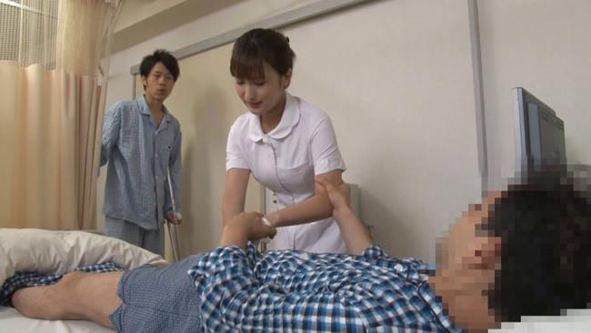 【おっぱい】入院中の弟の童貞チ〇ポまで看病してあげちゃう優しい看護師のお姉ちゃんたちのおっぱい画像がエロすぎる!【30枚】 14