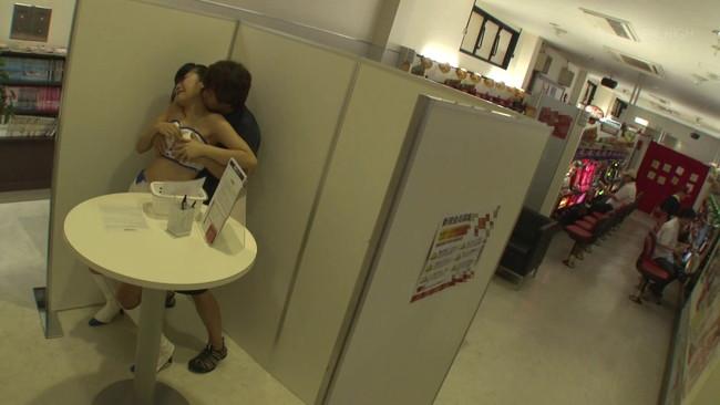 【おっぱい】パチンコ店にいる従業員からイベントガールまで人気のいないところで痴漢しまくられてしまう女の子たちのおっぱい画像がエロすぎる!【30枚】 05