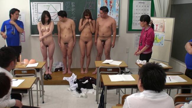 【おっぱい】生徒も教師も全裸になって保健体育で生の性教育を受けることによってセックスを学ぶ女の子たちのおっぱい画像がエロすぎる!【30枚】 03