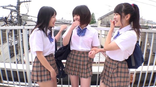 【おっぱい】急に雨が降ってきて、制服がびちょびちょ!パンチラまでもやっちゃっている女子校生たちのおっぱい画像がエロすぎる!【30枚】