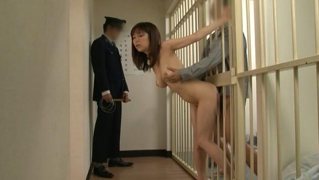 【おっぱい】受刑者の性欲処理のために従順なペットとして調教されてしまう巨乳美女のおっぱい画像がエロすぎる!【30枚】 16